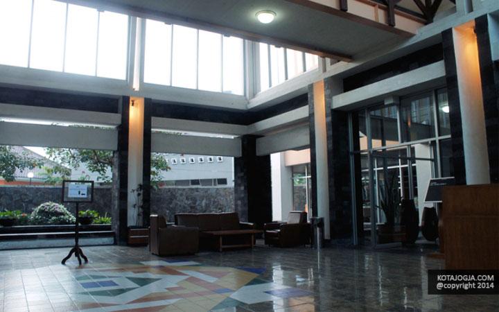 Suasana Lobby University Hotel