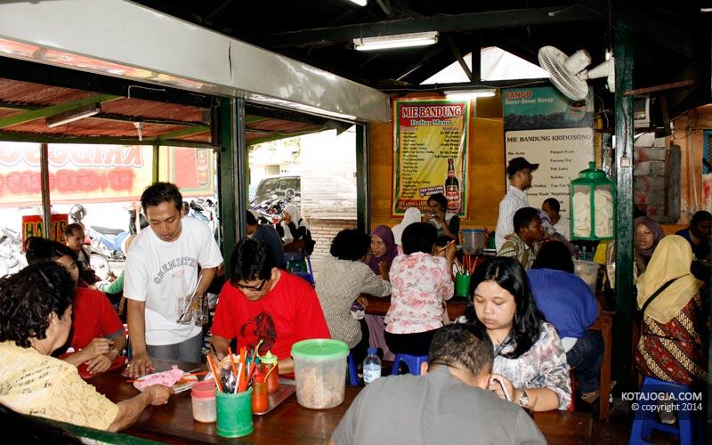 Ramai Pengunjung Mie Ayam Bandung Kridosono