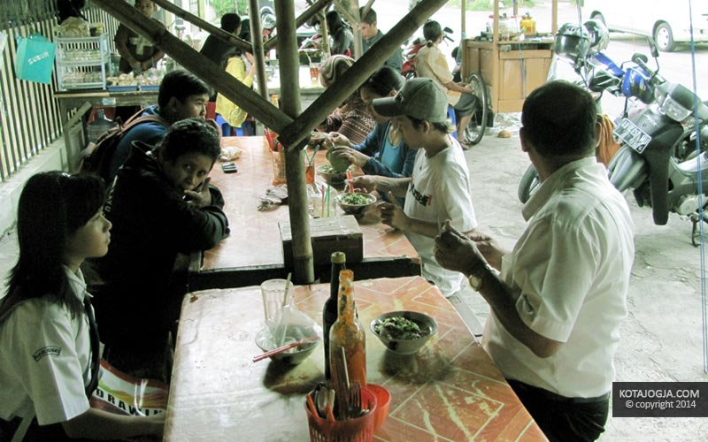 Ramainya Pengunjung Mie Ayam SMP 11