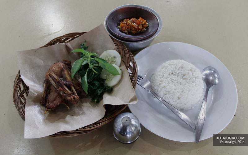 Seporsi Nasi dan Ayam Goreng