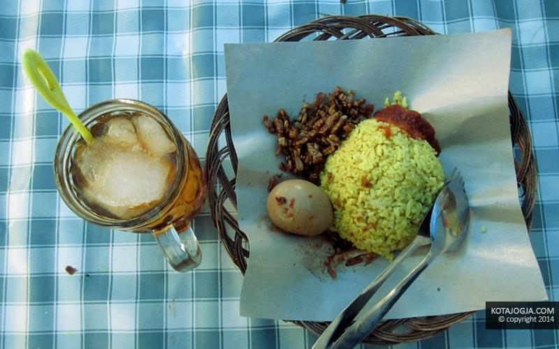 Seporsi Nasi Kuning Telor dan Es Teh