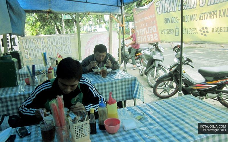 Pengunjung Nasi Kuning Djuragan