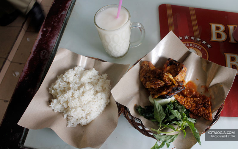 Seporsi Nasi Dan Ayam Penyet