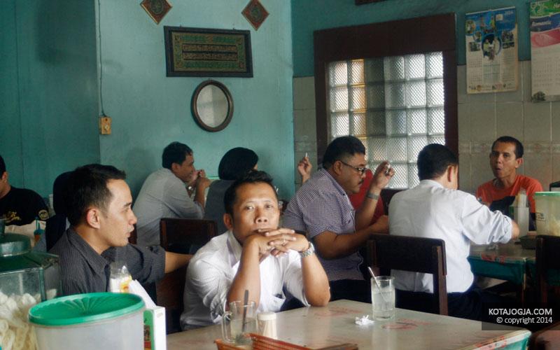 Pengunjung Sate Kronggahan