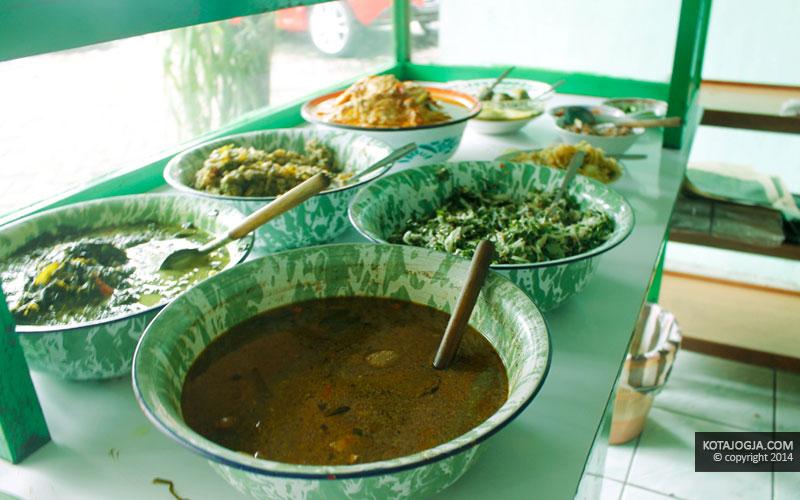 Masakan Rumahan Yang Disajikan Di Warung Ijo
