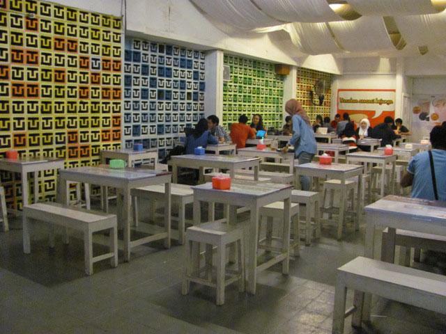 Pengunjung Di Roti Bakar Aniayya