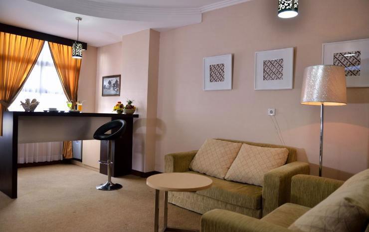 Suasana Ruang Tamu UNY Hotel. Sumber: traveloka.com