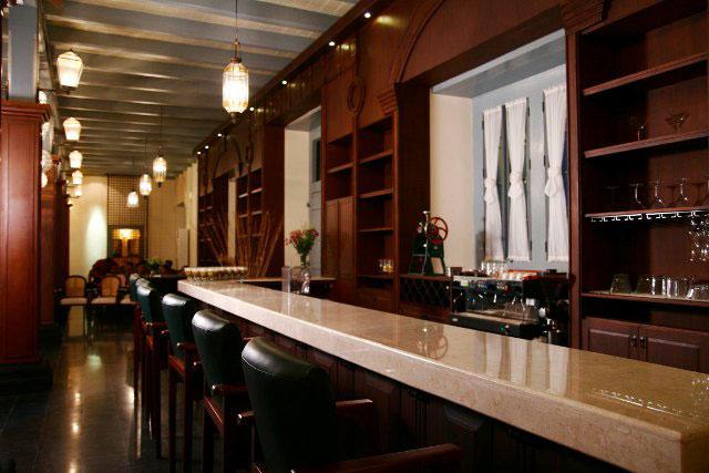 Meja Bar di Indische Koffie