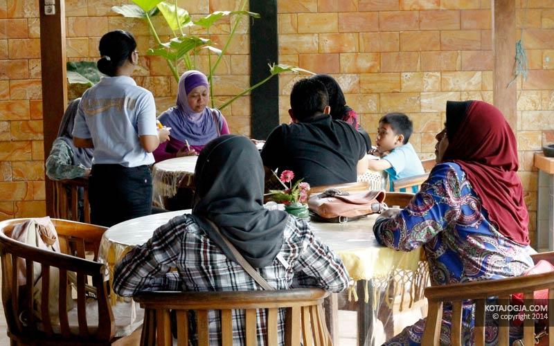 Para Pengunjung di RM Parangtritis