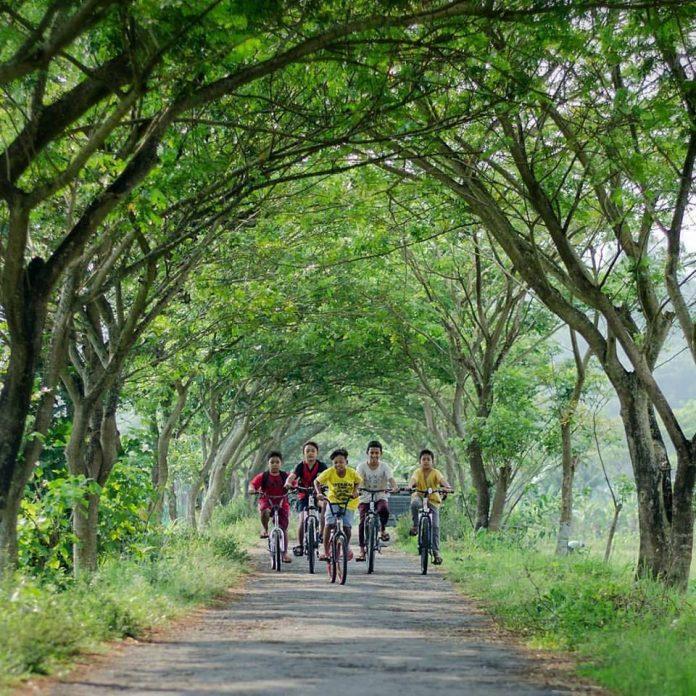 bersepeda bersama sahabat kecil